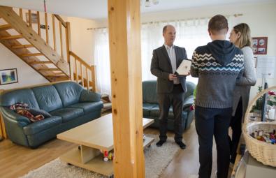 Kinnisvaramaakler-Tauno-Pajuri-näitab-müügisolevat-merevaatega-maja-Jõelähtmel-Saviranna-külas
