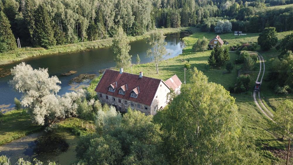 Maakivist-maja-Viljandimaal-järve-kaldal-Lahe-Kinnisvara